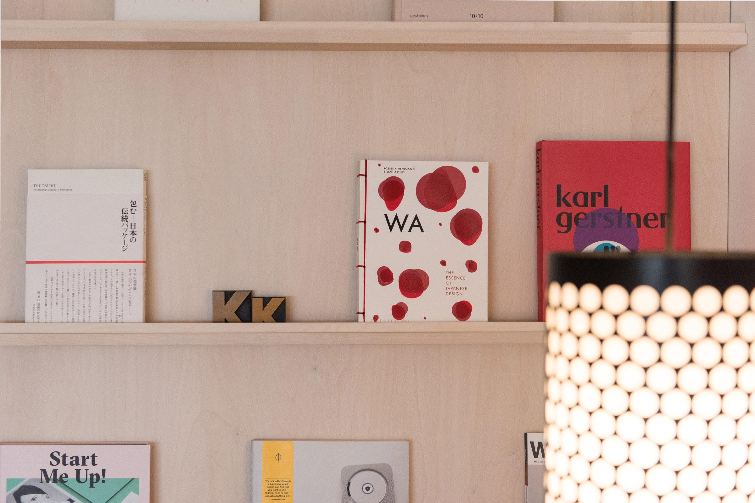 KittoKatsu, Büro, Agentur für Markenführung, Agentur für Design, Bücherregal