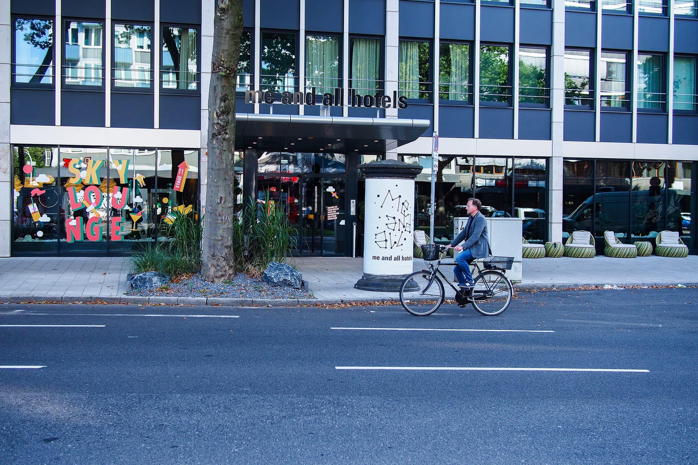 Schaufenster, Beklebung, Plot, Illustration, Lindner Gruppe, Me and all Hotel, Düsseldorf, Immermannstrasse